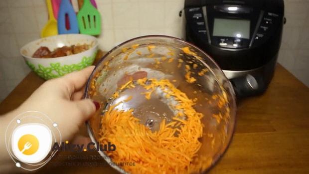 Для приготовления гречки с курицей в мультиварке, по рецепту, натрите морковь