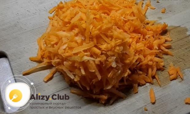 Для приготовления гречки с овощами в мультиварке, по рецепту. натрите морковь