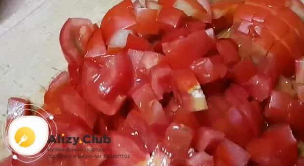 Для приготовления гречки с овощами в мультиварке, по рецепту. нарежьте помидоры