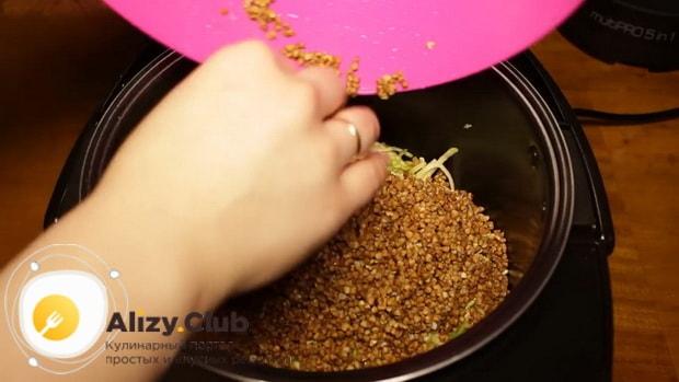 Для приготовления гречки с овощами в мультиварке, по рецепту. добавьте ингредиенты в чашу