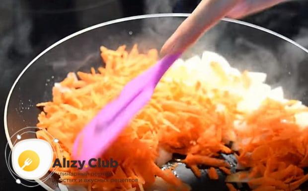 поджариваем лук с морковью