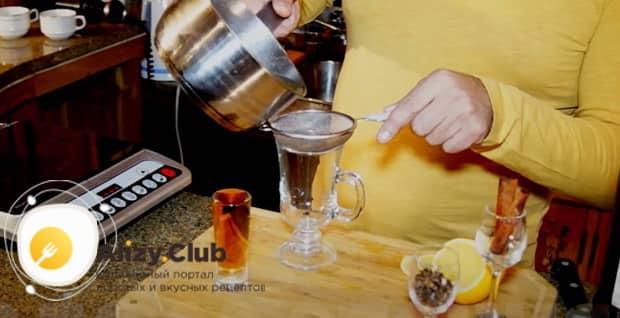 По рецепту для приготовления грога. процедите напиток