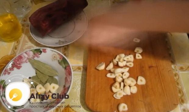 Для приготовления маринованной капусты быстрого приготовления, нарежьте чеснок
