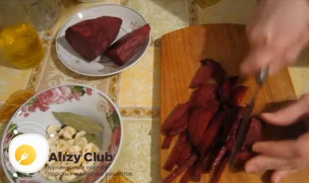 Для приготовления маринованной капусты быстрого приготовления, нарежьте свеклу