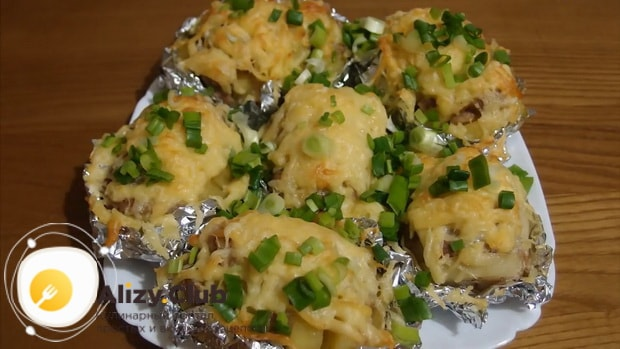 Для приготовления картошки гармошки в духовке с сыром нарежьте зелень