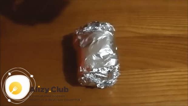 Для приготовления картошки гармошки в духовке с сыром подготовьте фольгу