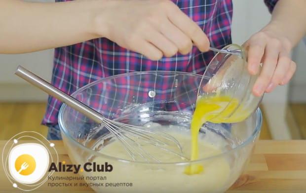 Теперь добавляем растопленное сливочное масло.