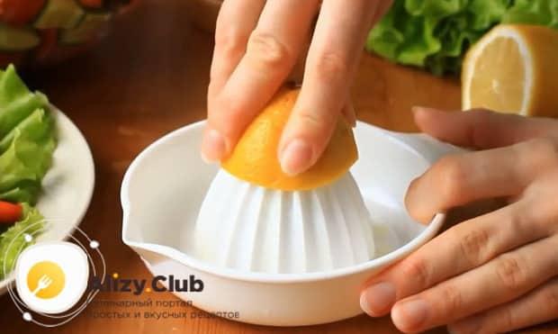 Для приготовления заправки для греческого салата выдавите лимонный сок