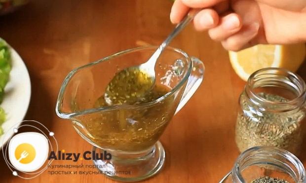 Для приготовления заправки для греческого салата перемешайте ингредиенты