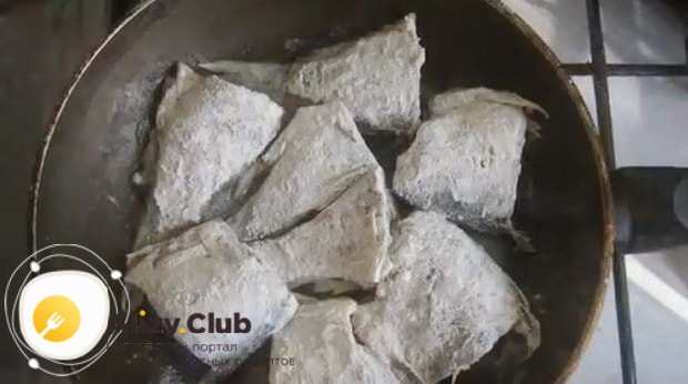 По рецепту для приготовления консервов из речной рыбы, обжариваем рыбу