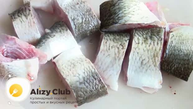 По рецепту для приготовления консервов из речной рыбы, нарезаем рыбу