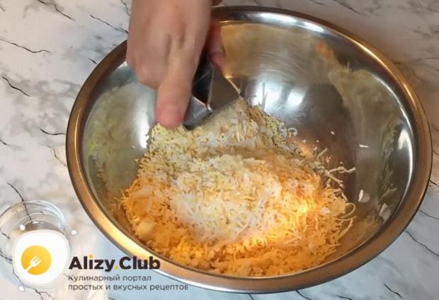 Для приготовления рафаэлло из сыра и крабовых палочек. по рецепту, натрите ингредиенты