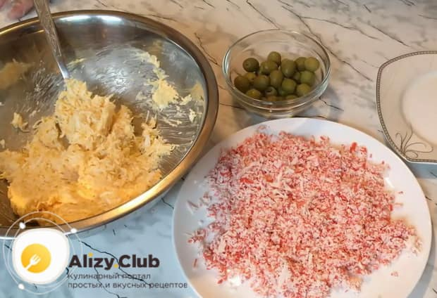 Для приготовления рафаэлло из сыра и крабовых палочек. по рецепту, натрите крабовые палочки