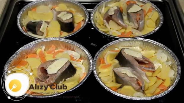 Для приготовления красной рыбы в духовке по простому рецепту, выложите ингредиенты в форму