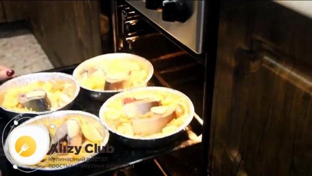 Для приготовления красной рыбы в духовке по простому рецепту, разогрейте духовку