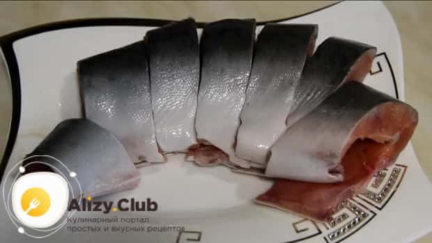 Для приготовления красной рыбы в духовке по простому рецепту, нарежьте рыбу