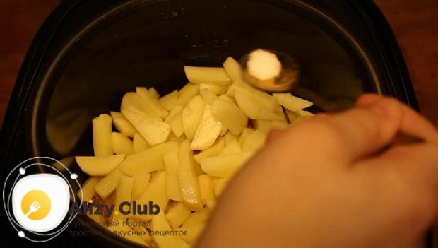 Для приготовления куриных голеней с картошкой в мультиварке добавьте соль
