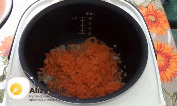 Для приготовления куриных  голеней с рисом в мультиварке, натрите морковь