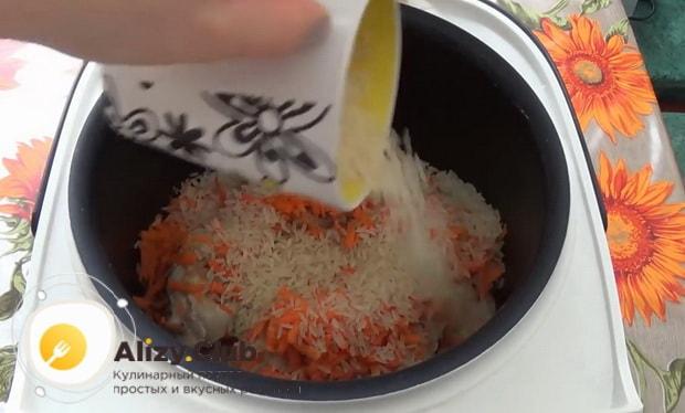 Для приготовления куриных  голеней с рисом в мультиварке, добавьте рис