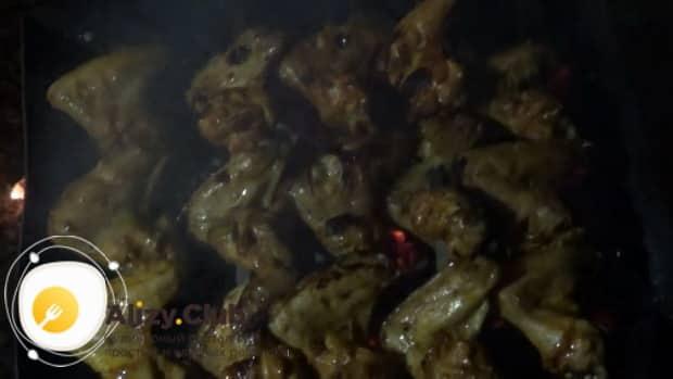 Для приготовления куриных крылышках в медово горчичном соусе подготовьте ингредиенты.