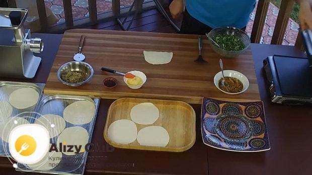 Для приготовления кутабов с зеленью и сыром раскатайте тетсо