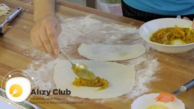 Для приготовления кутабов с зеленью и сыром положите на тесто начинку