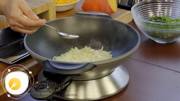 Для приготовления кутабов с зеленью и сыром нарежьте лук