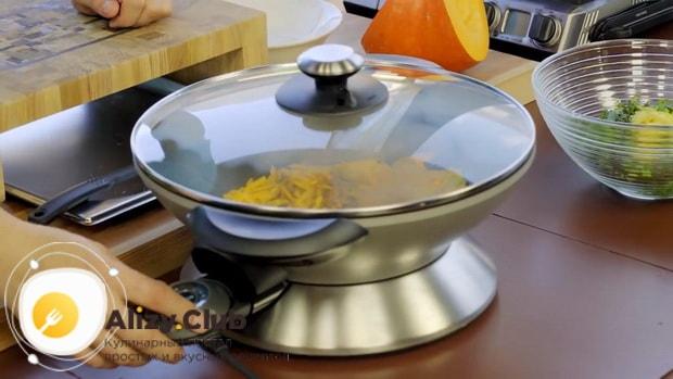 Для приготовления кутабов с зеленью и сыром смешайте ингредиенты