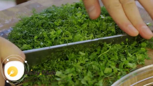 Для приготовления кутабов с зеленью и сыром нарежьте зелень