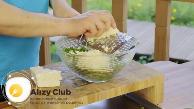 Для приготовления кутабов с зеленью и сыром натрите сыр