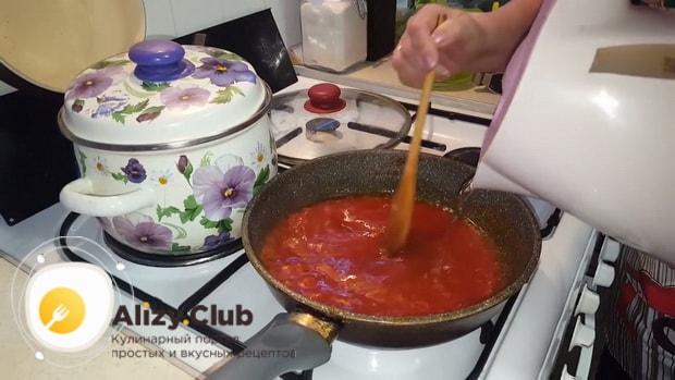 Для приготовления мантов с рубленным мясом, по пошаговому рецепту с фото добавьте воду в соус
