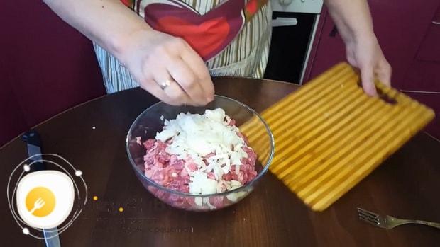 Для приготовления мантов с рубленным мясом, по пошаговому рецепту с фото посолите начинку