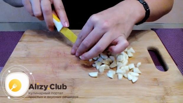 Для приготовления маринованной капусты со свеклой, нарежьте сечснок