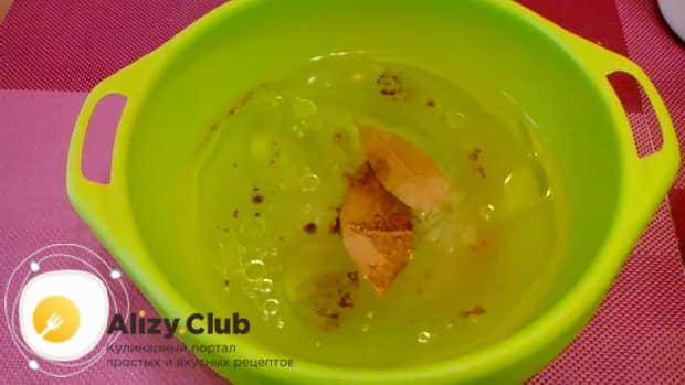 Для приготовления маринованной капусты со свеклой, приготовьте маринад