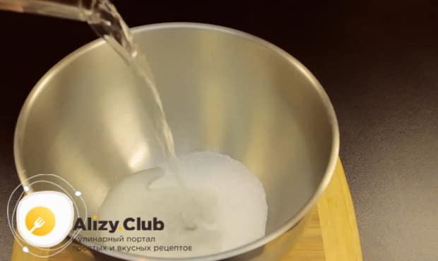 Для приготовления медового пирога в мультиварке, соедините масло и сахар