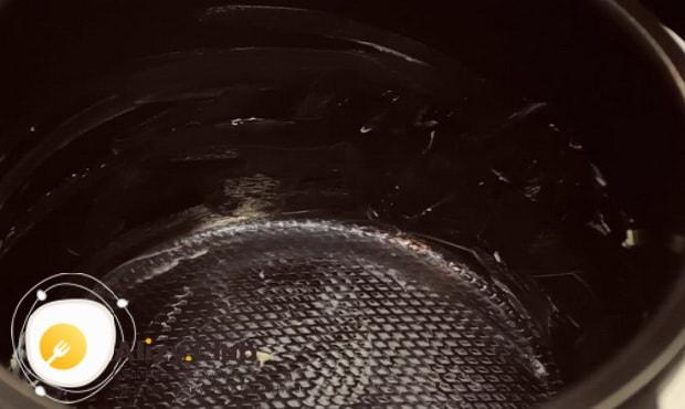 Для приготовления медового пирога в мультиварке, смажьте форму