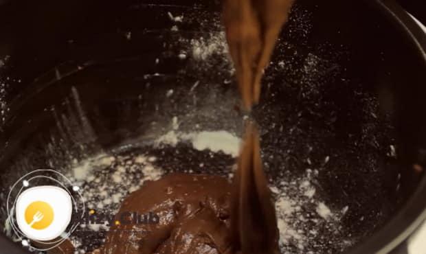 Для приготовления медового пирога в мультиварке, выложите тесто в чашу