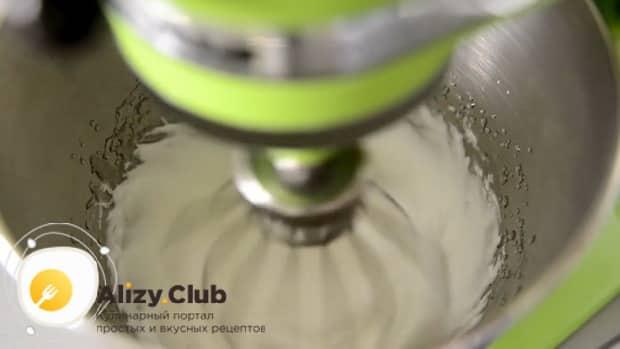 По рецепту для приготовления меренги, взбейте белок