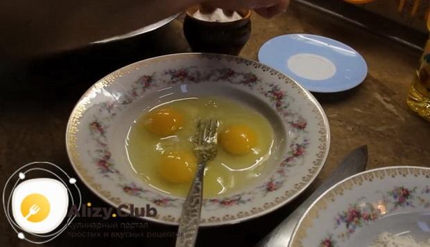 Для приготовления жареный минтай по рецепту, взбейте яйца