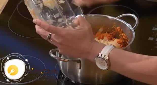 Для приготовления морковных оладьев с яблоками, соедините ингредиенты