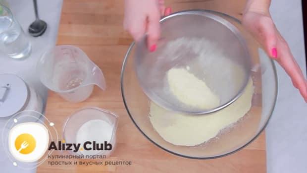 Для приготовления начос в домашних условиях по простому рецепту, просейте муку