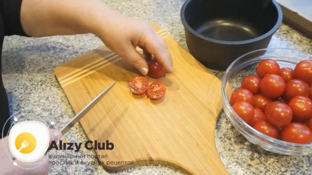 По рецепту для приготовления соуса для бургеров в домашних условиях, нарежьте помидоры