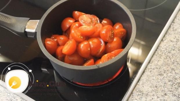 По рецепту для приготовления соуса для бургеров в домашних условиях, проварите помидоры