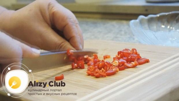 По рецепту для приготовления соуса для бургеров в домашних условиях, нарежьте перец