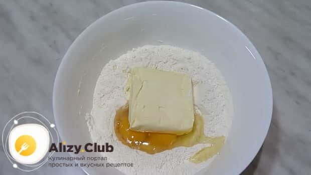 Для приготовления пирога с повидлом на скорую руку, добавьте масло с яйцами