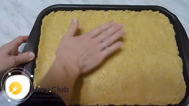 Для приготовления пирога с повидлом на скорую руку, раскатайте тесто