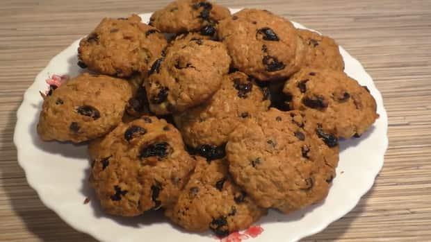 Для приготовления овсяного печенья из овсяных хлопьев подготовьте ингредиенты