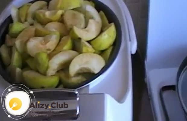 Для приготовления пастилы из яблок выложите яблоки в чашу