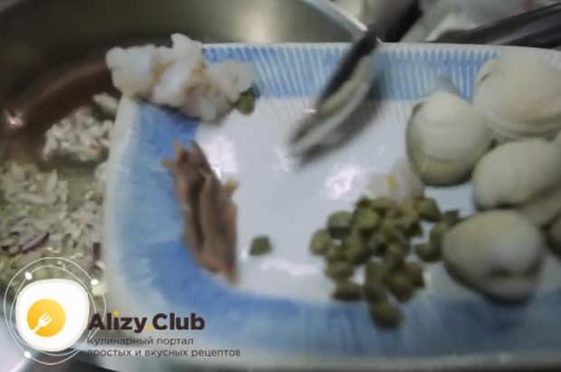 Для приготовления пасты лингвини, обжарьте морепродукты