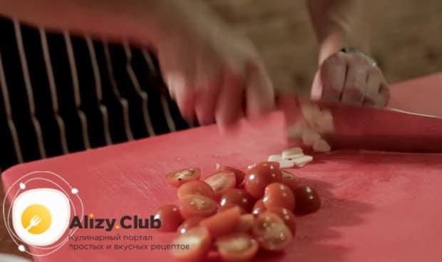 Для приготовления пасты лингвини, нарежьте ингредиенты